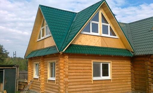 Маленький деревянный дом с небольшими пластиковыми окнами