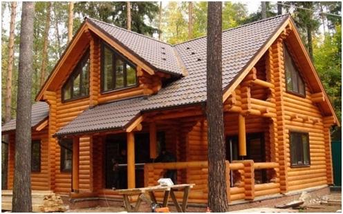 Большой деревянный дом с большими нестандартными окнами
