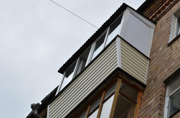П-образный французский балкон с крышей